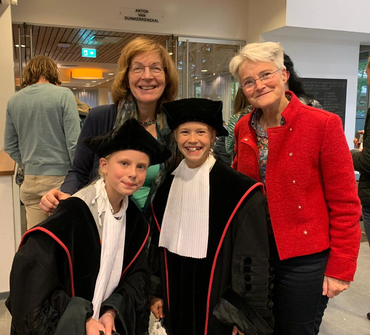 Foto van Henny Sikken en Marijke van Grafhorst met twee kinderprofessoren